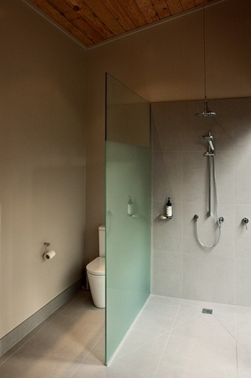 As with the rest of the house, the ensuite features a simplified material palette and an open feel.