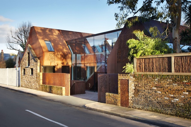 "<a href=""http://urbismagazine.com/articles/sum-of-its-parts/"" target=""_blank""><u>Kew House</u></a>, London by Piercy & Company. The twin house-shaped Corten steel wings are linked by a fully glazed pavilion."