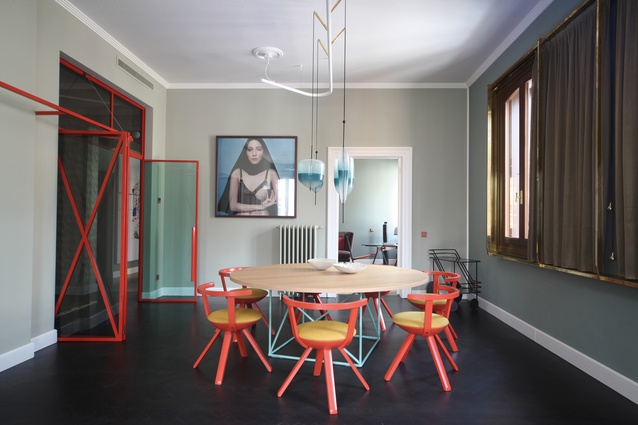The dining setting is a mix of classic pieces, including Rival chairs by Konstantin Grcic and an LC15 table by Le Corbusier.